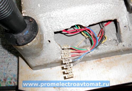 Клеммник внутри ударника. На него приходит кабель от электронной платы управления, и уходят провода к кнопкам и потенциометру усилия проруба.