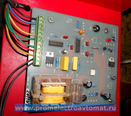 Электронная плата пресса. На плату поступает от трансформатора 110 VAC, выходит кабель на соленоид (электромагнитный клапан) и кабель на панель управления, расположенную на ударнике.